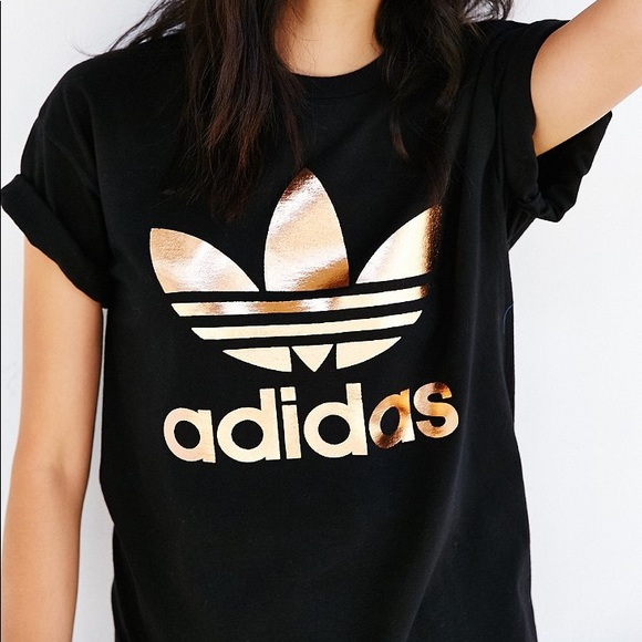 Adidas tops oro rosa negro camiseta Urban Outfitters poshmark